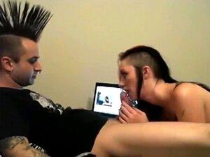 Chico punk mohawk y piercing de nariz de Toro