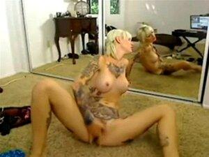 Tetovany blondyna prdeli s v hrackami pici