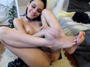 Sexy morena tiene sus dedos y un juguete