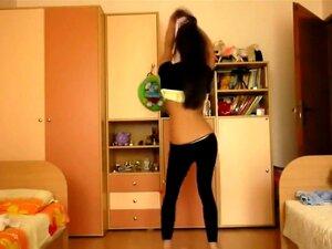 455we Chica bailando con extremadamente cadena