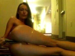 Teen babe se masturba en el pasillo del