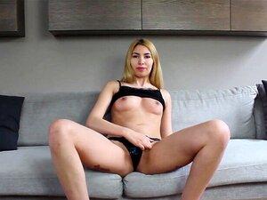 Pequeña alemana nena se inclina sobre la webcam