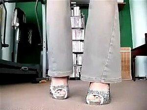 Hot chick juvenil muestra sus pies