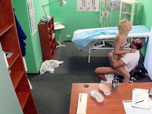 Squirting euro digitación y follada por su doctor