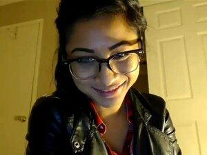 Vestido morena frente a la webcam
