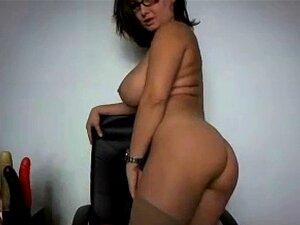 Morena tetona obtiene desnuda frente a webcam