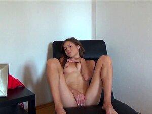 Sexy morena europea se masturba solo